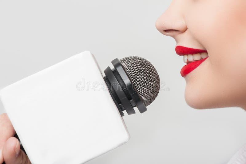 Il giornalista grazioso della ragazza TV sta stendere il suo rapporto fotografia stock libera da diritti