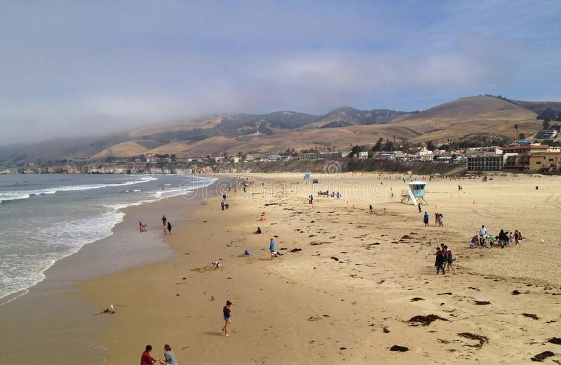 Il giorno comincia alla spiaggia la California di Pismo immagine stock