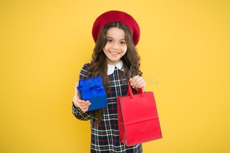 Il giorno dei bambini felici shopaholic alla moda modo del bambino ragazza felice in berretto francese bambino con la scatola att fotografie stock libere da diritti