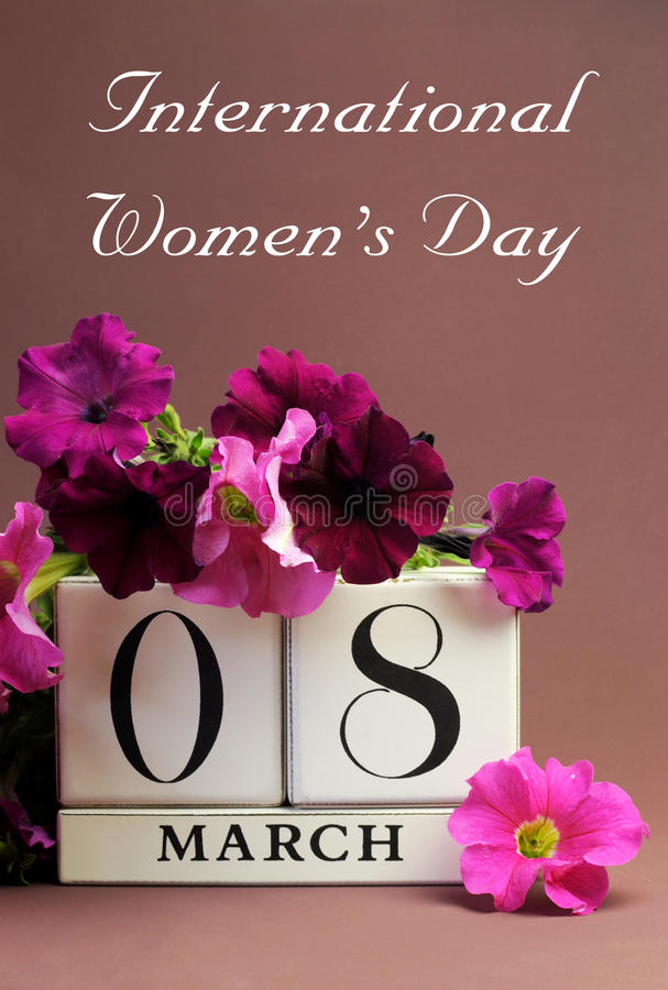 Il giorno delle donne internazionali, l'8 marzo, calendario - verticale con il messaggio fotografie stock