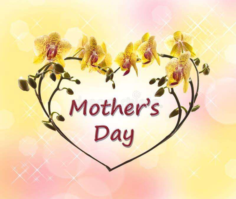 Il giorno di madri scritto in un cuore fatto del fiore dell'orchidea stacca royalty illustrazione gratis