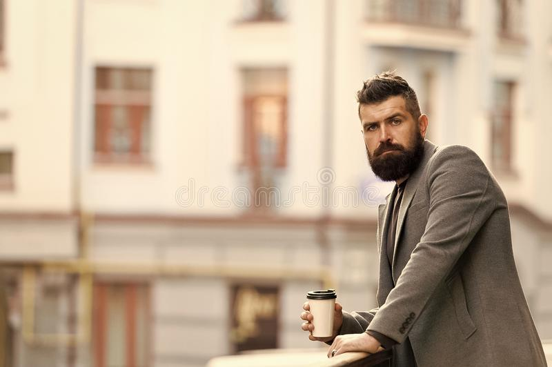 Il giorno ha cominciato appena Uomo d'affari nello stile dei pantaloni a vita bassa che tiene caff? asportabile Pantaloni a vita  fotografie stock