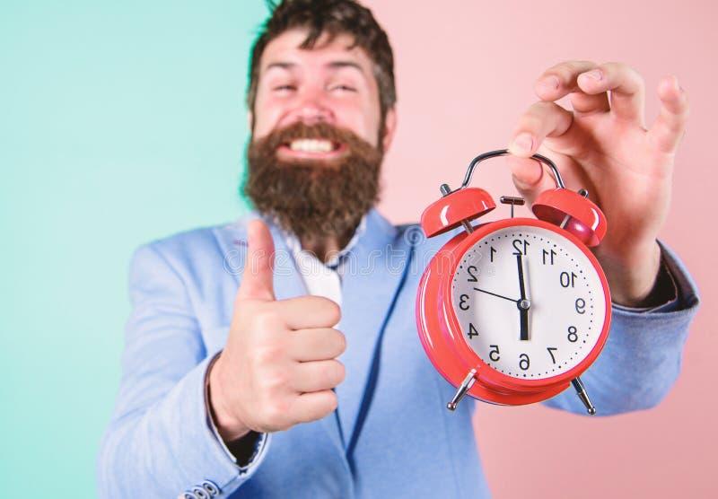 Il giorno lavorativo felice dei pantaloni a vita bassa è più L'uomo d'affari ha finito in tempo Abilità manageriali di tempo Migl fotografie stock