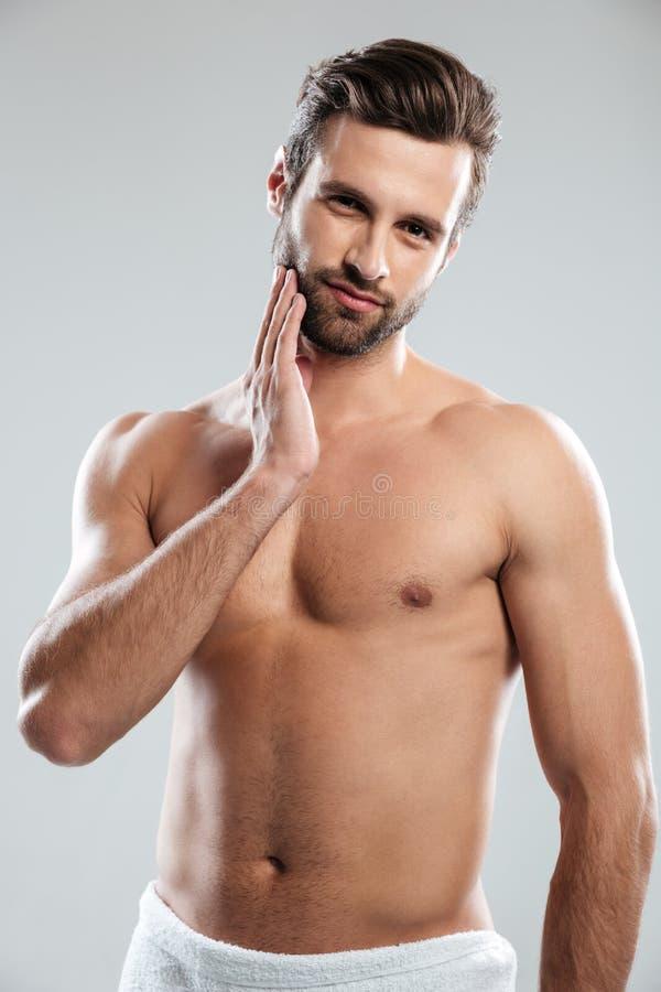Il giovane attraente si è vestito nella condizione dell'asciugamano isolato fotografia stock libera da diritti