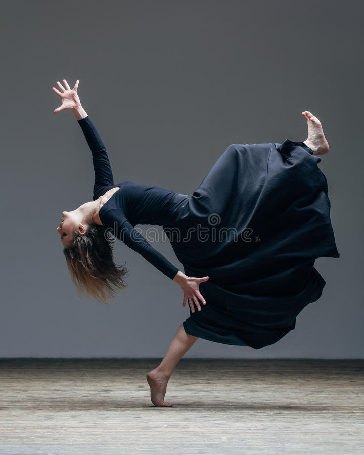 Il giovane bello ballerino sta posando in studio immagini stock libere da diritti
