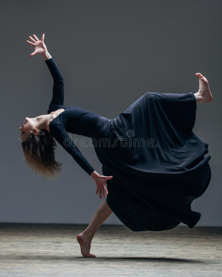Il giovane bello ballerino sta posando in studio fotografia stock libera da diritti