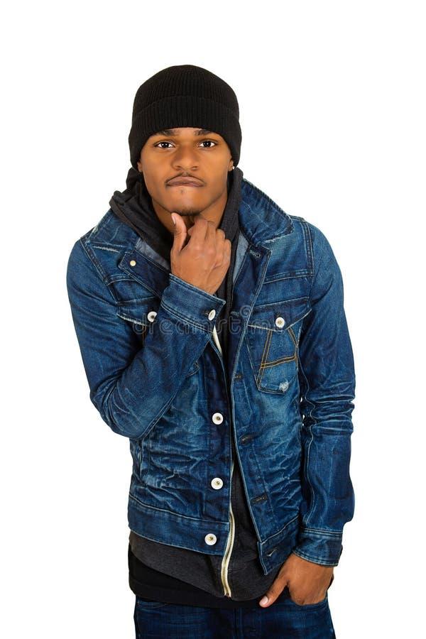 Il giovane bello, posante il modello di moda, si è vestito in jeans fotografie stock