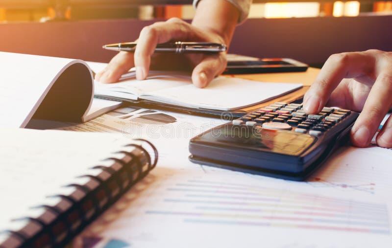 Il giovane calcola la finanza circa le spese in Ministero degli Interni immagine stock libera da diritti