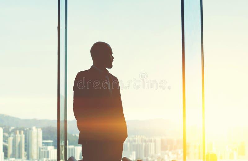 Il giovane CEO maschio sta riposando dopo il giorno del lavoro fotografie stock
