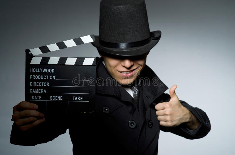 Il giovane con l'arma ed assicella contro immagine stock