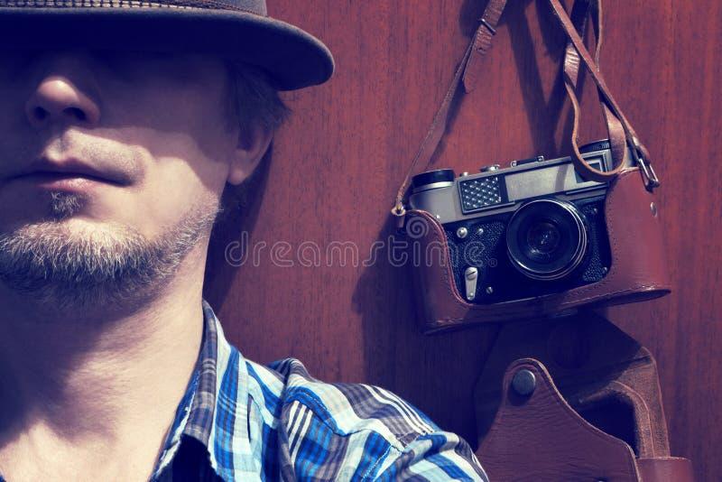 Il giovane con la vecchia macchina fotografica immagini stock libere da diritti