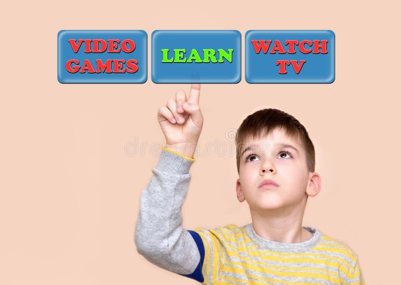 Il giovane contatto del ragazzo impara il bottone su un touch screen virtuale fotografia stock