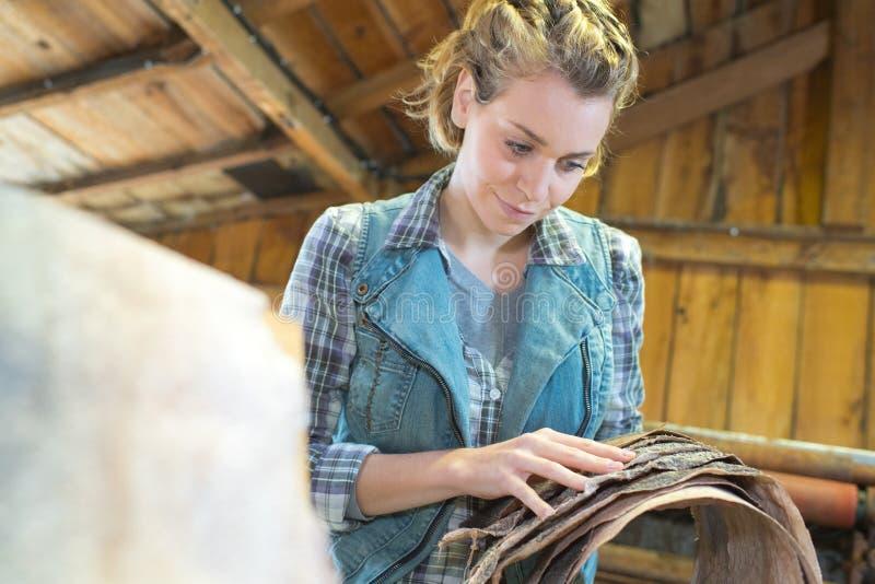Il giovane craftswoman produce gli oggetti in officina fotografie stock