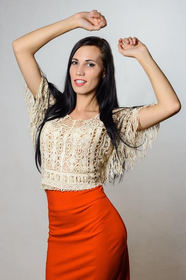 Il giovane dancing castana attraente alla moda della donna passa su fotografia stock libera da diritti