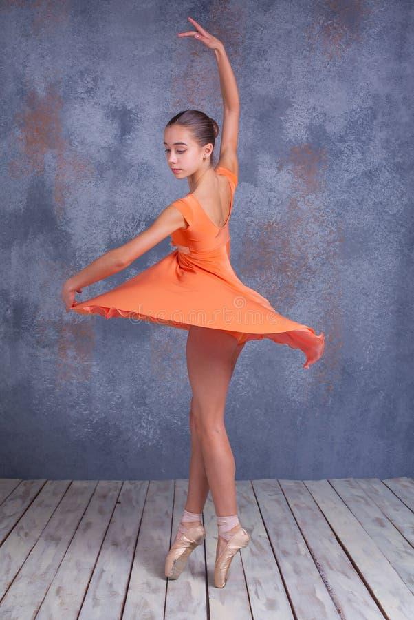 Il giovane dancing della ballerina immagine stock libera da diritti