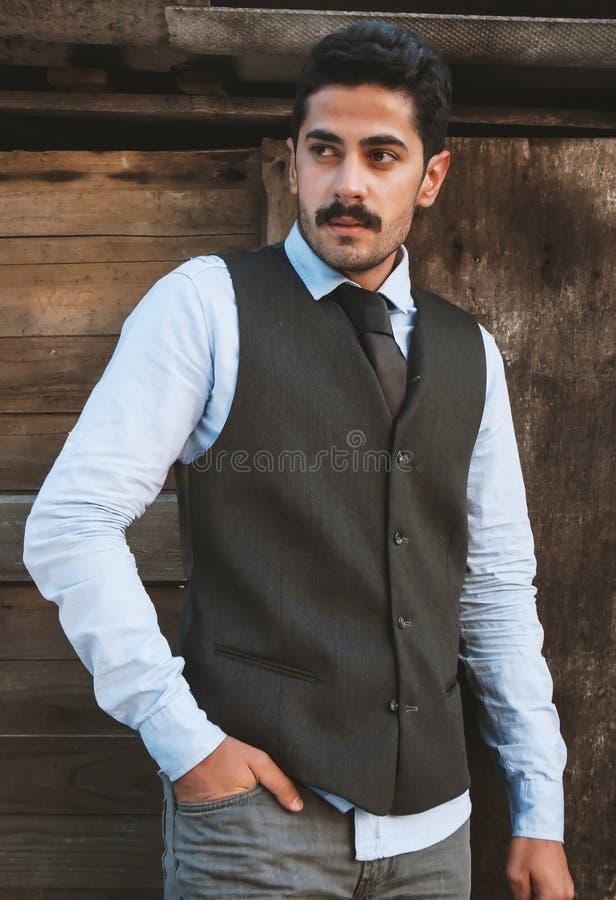 Il giovane dei baffi bei si diverte all'aperto fotografia stock libera da diritti