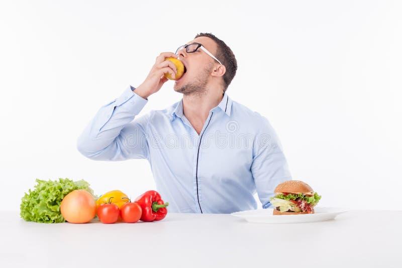 Il giovane di misura allegra preferisce il cibo sano immagini stock