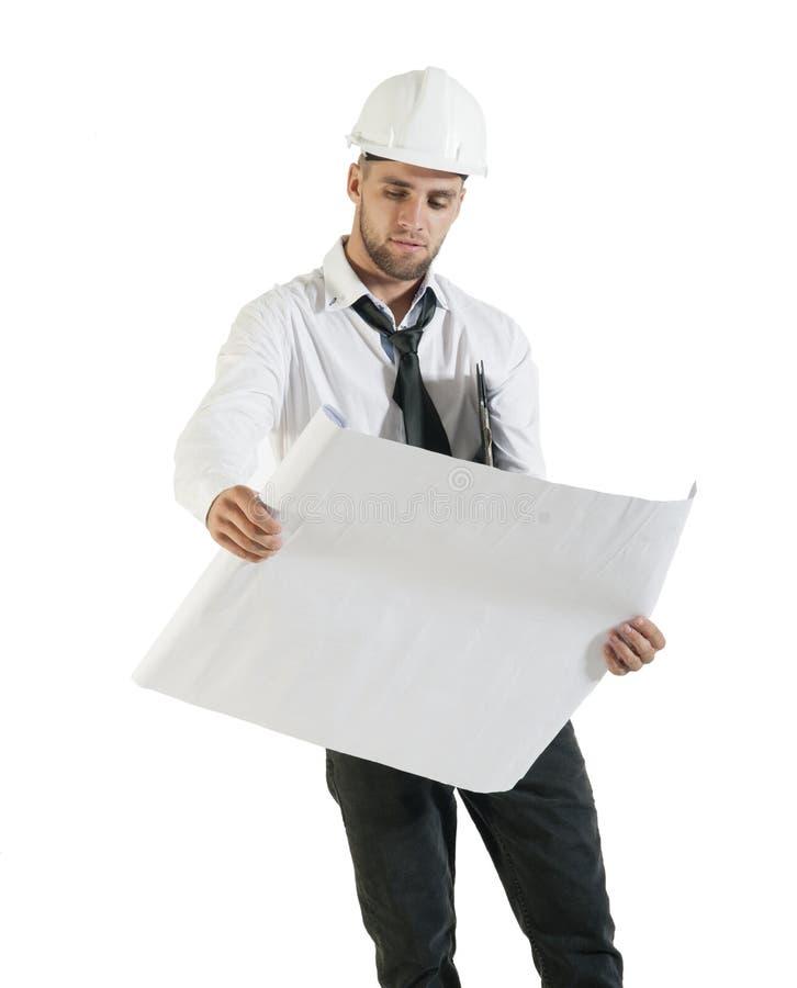 Il giovane disegno bello della lettura del tecnico della costruzione progetta su bianco fotografia stock