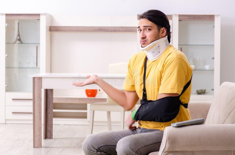 Il giovane dopo l'incidente stradale che soffre a casa fotografia stock libera da diritti