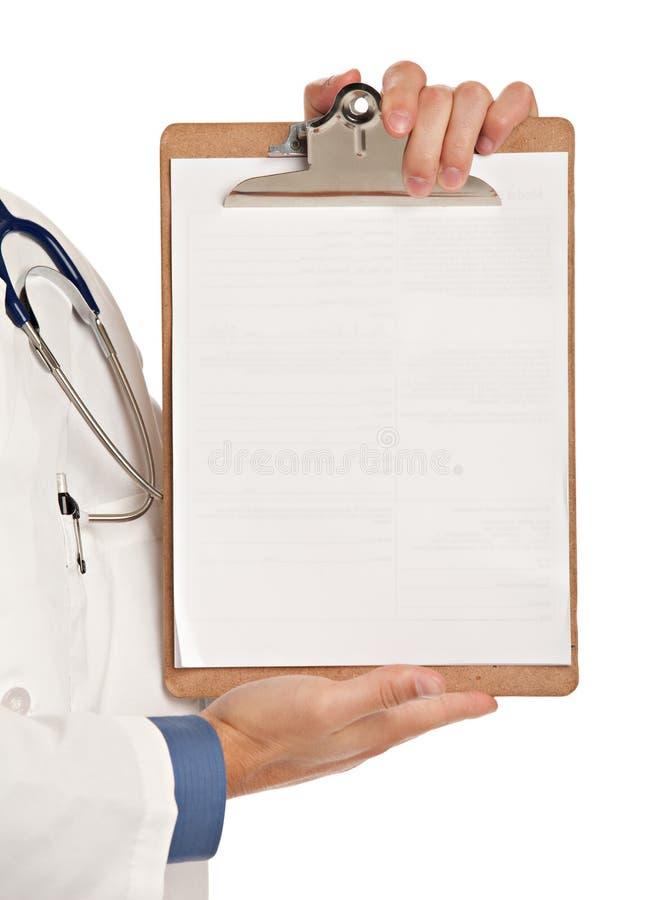 Il giovane dottore Holding ed indicare il PC del blocchetto per appunti fotografia stock libera da diritti