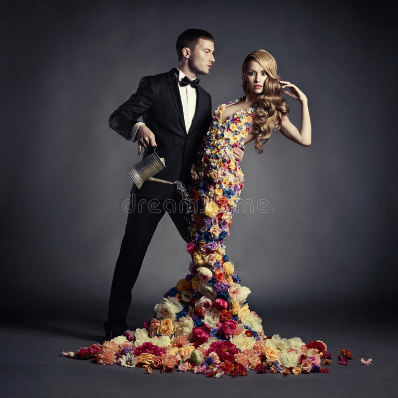 Il giovane e bella signora in fiore si vestono fotografia stock