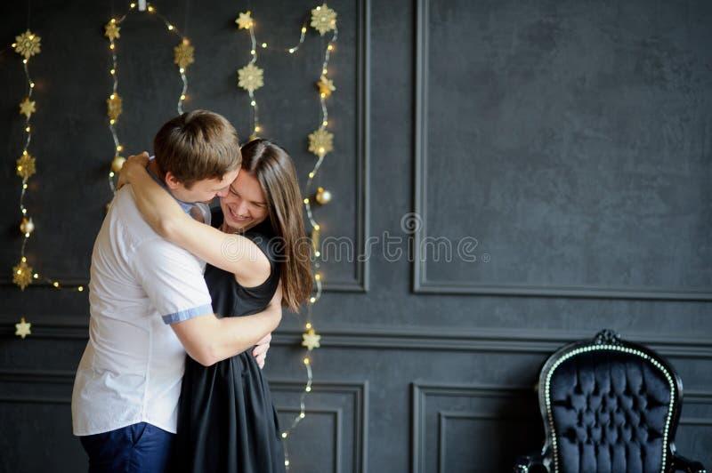Il giovane e la donna stanno abbraccianti fotografie stock libere da diritti