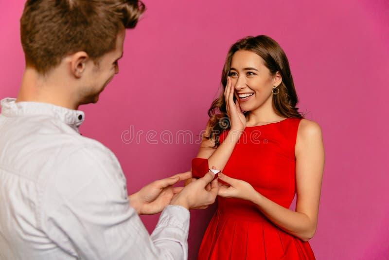 Il giovane fa un'offerta per diventare la sua amica sorpresa moglie fotografia stock libera da diritti