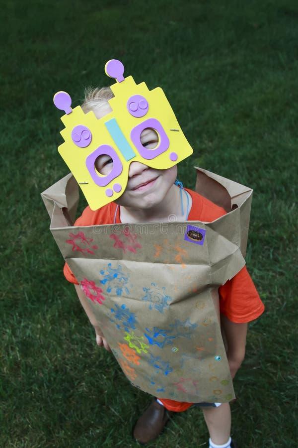 Il giovane gioco del ragazzo si agghinda come robot fotografie stock libere da diritti