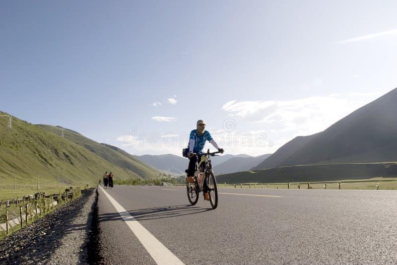 Il giovane guida la bici immagini stock libere da diritti