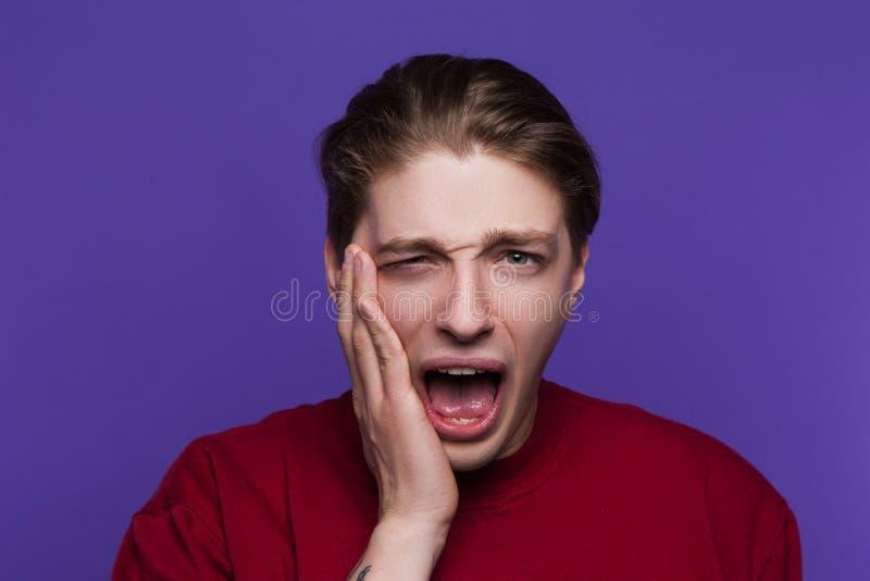 Il giovane ha ottenuto lo schiaffo in fronte Seduzione maldestra fotografie stock