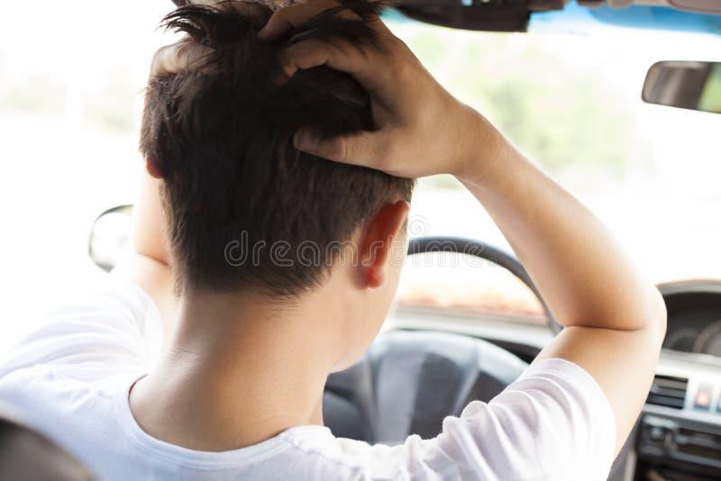 Il giovane ha una grande difficoltà mentre conduce l'automobile immagini stock libere da diritti
