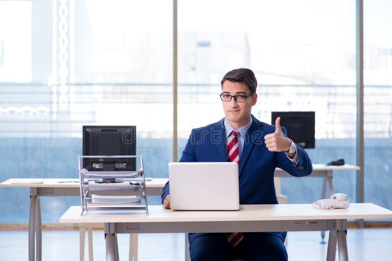 Download Il Giovane Impiegato Bello Dell'uomo D'affari Che Lavora Nell'ufficio Allo Scrittorio Fotografia Stock - Immagine di azienda, corporativo: 117977690