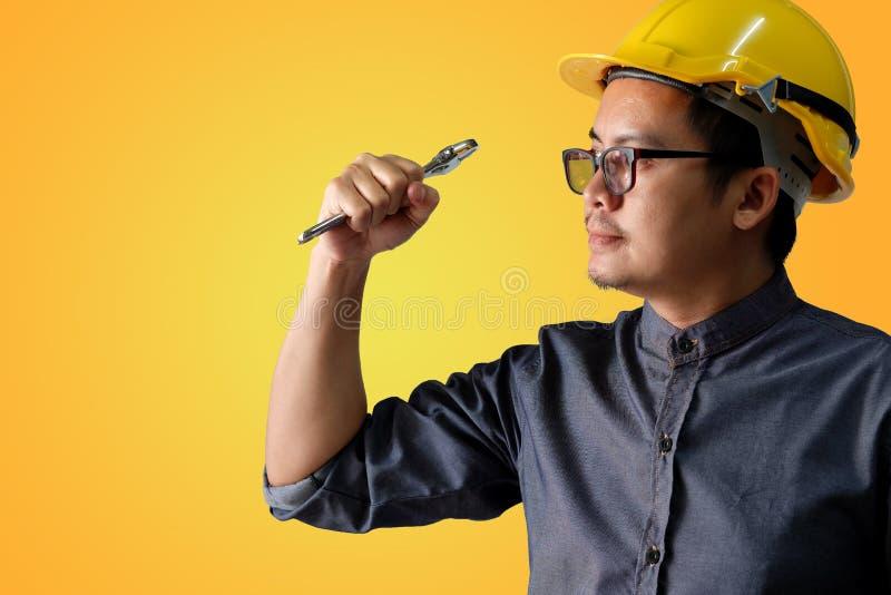 Il giovane ingegnere attivamente sta agendo pronto a lavorare fotografie stock libere da diritti