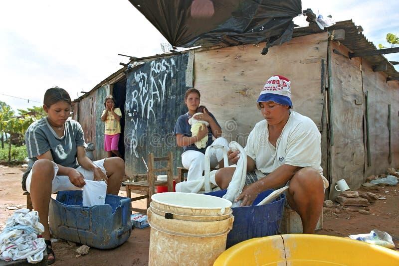 Il giovane lavaggio paraguaiano delle donne copre a mano fotografie stock libere da diritti