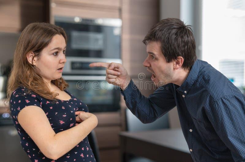 Il giovane marito della gelosia è gridante ed incolpante della sua moglie immagini stock