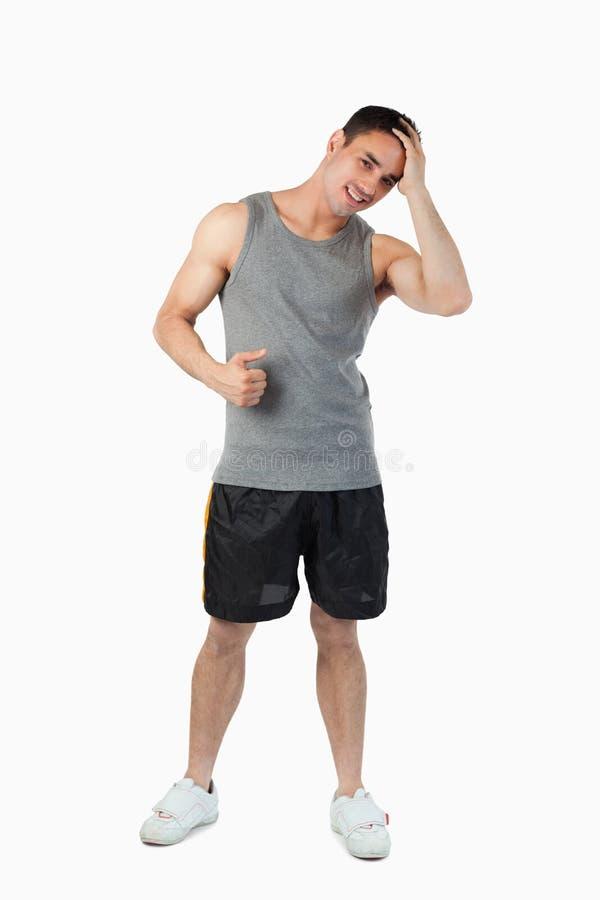 Il giovane maschio all'indicatore luminoso mette in mostra i panni fotografia stock libera da diritti