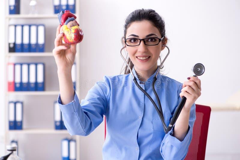 Il giovane medico femminile che lavora nella clinica fotografie stock