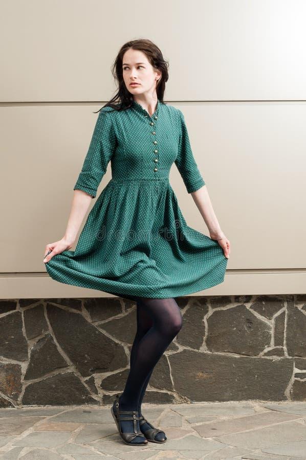 Il giovane modello femminile che tira il suo verde si agghinda fotografia stock