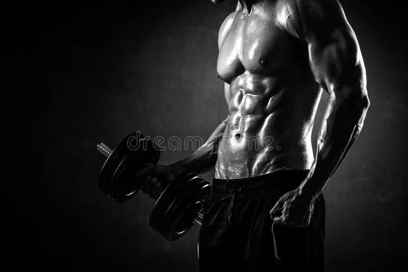 Il giovane modello maschio senza camicia atletico di forma fisica fa gli esercizi fotografie stock libere da diritti