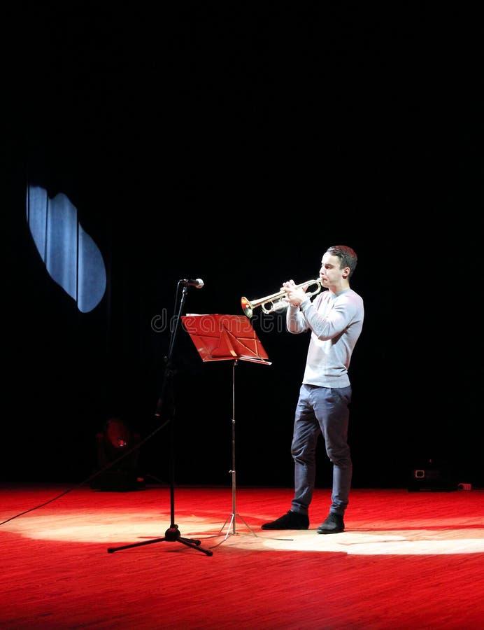 Il giovane musicista gioca la tromba fotografia stock