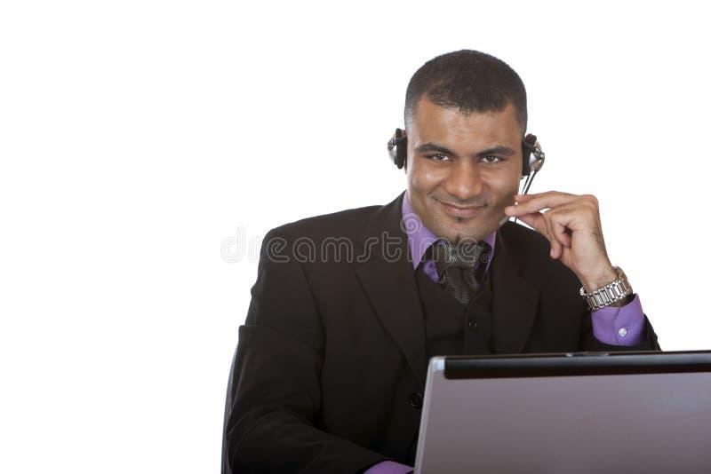 Il giovane operatore maschio della call center sorride felice fotografie stock