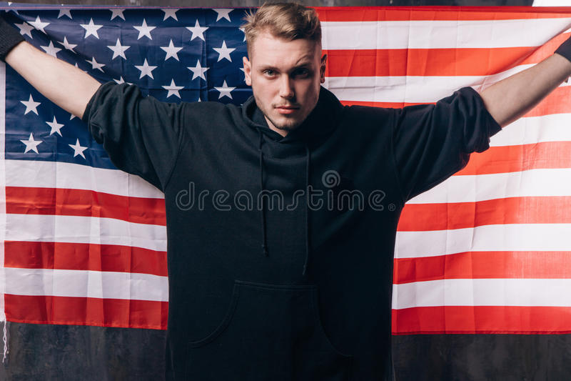 Il giovane patriota di U.S.A. tiene la bandiera nazionale fotografia stock libera da diritti