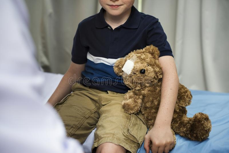 Il giovane paziente sta ottenendo una diagnostica da medico fotografie stock