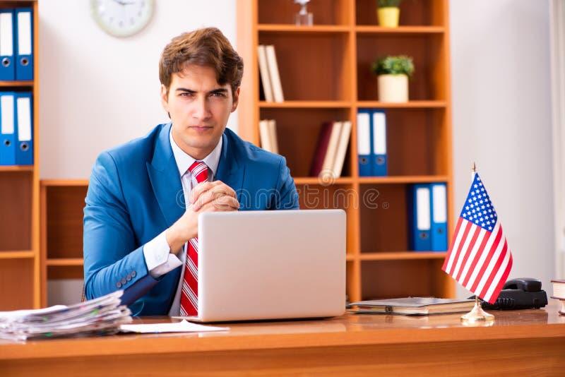 Il giovane politico bello che si siede nell'ufficio immagini stock libere da diritti