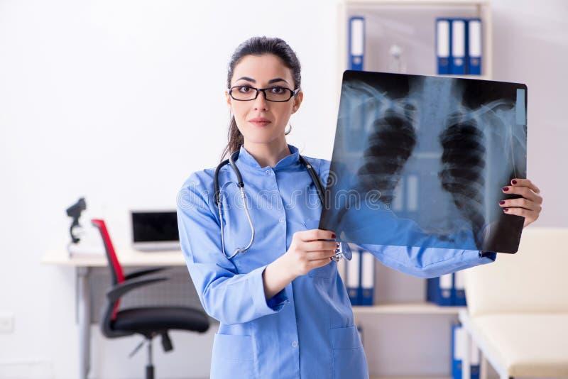 Il giovane radiologo femminile di medico che lavora nella clinica fotografie stock