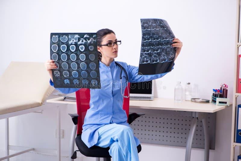 Il giovane radiologo femminile di medico che lavora nella clinica immagine stock