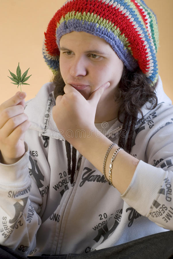 Il giovane rapper riflette la foglia della marijuana fotografia stock