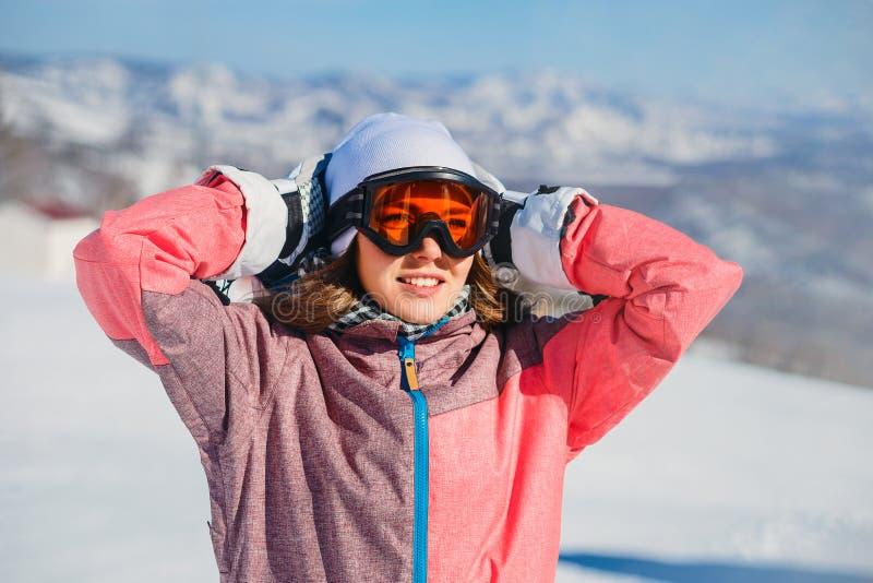 Il giovane sciatore da sciare occhiali di protezione nelle montagne nell'inverno fotografia stock