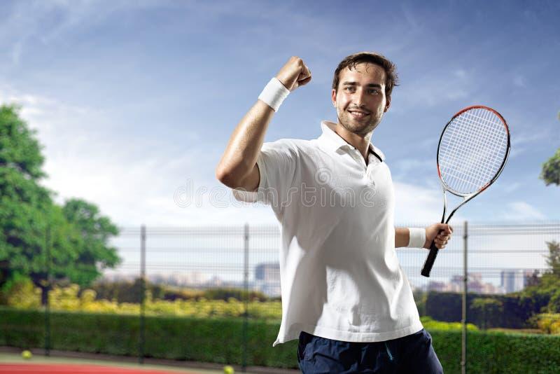 Il giovane sta giocando a tennis fotografia stock libera da diritti