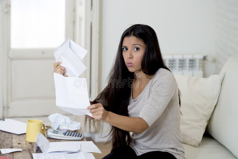 Il giovane strato latino attraente del salone della donna a casa che calcola le spese mensili si è preoccupato nello sforzo immagine stock
